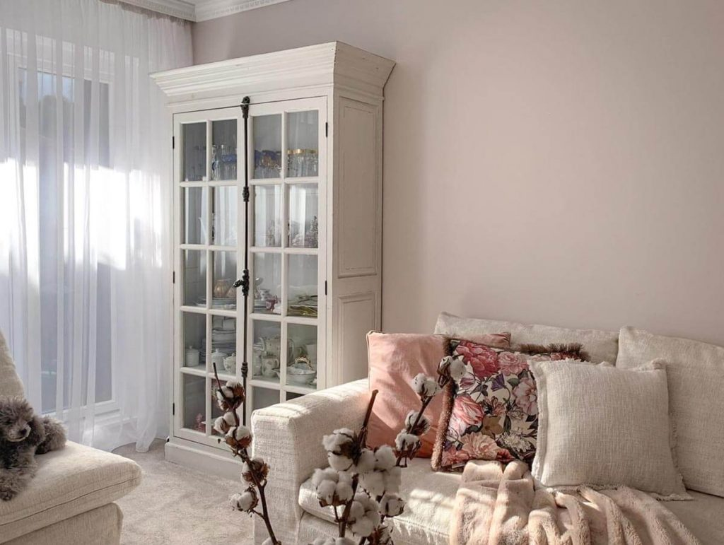 audrey-bookshelf-in-dubai-cozy-home